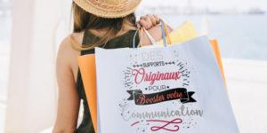 Femme portant sac avec impression publicitaire